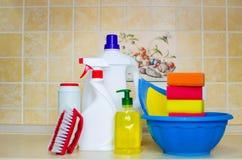 Toestellen en diverse middelen om het huis schoon te maken stock afbeelding