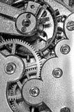 Toestellen en drijfveer in het mechanisme van een klok Stock Foto's