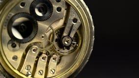 Toestellen en drijfveer in het mechanisme van een zakhorloge stock videobeelden
