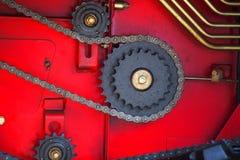 Toestellen en kettingen op rode achtergrond Stock Afbeelding