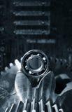 Toestellen en tandraderen tegen zwarte achtergrond worden geplaatst die Royalty-vrije Stock Afbeelding