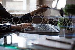 Toestellen op het virtuele scherm Bedrijfsstrategie en technologieconcept Automatiseringsproces Royalty-vrije Stock Afbeeldingen