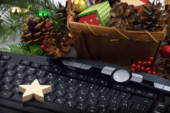 Toetsenbord en Kerstboomklatergoud Kerstmis Nieuw jaar Dicht-u Stock Fotografie