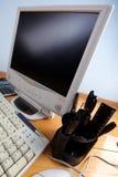 Toetsenbord en monitor bij lijst Stock Foto