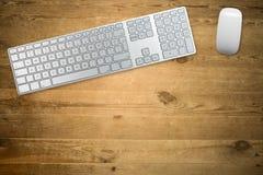 Toetsenbord en muis op een houten lijstbovenkant stock foto's