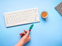 Toetsenbord, koffie en pen Het schrijven concept Stock Foto