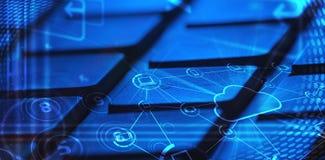 Toetsenbord met de gloeiende pictogrammen van de wolkentechnologie Stock Afbeelding