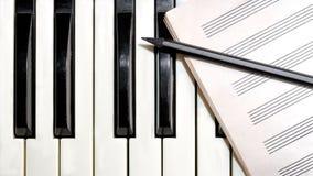 Toetsenbord met muziekblad en potlood Royalty-vrije Stock Foto