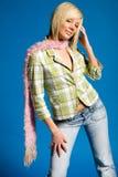 Toevallig blonde meisje met modieuze kleding Stock Foto