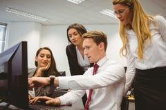 Toevallig commercieel team die bij bureau samenwerken die laptop met behulp van royalty-vrije stock afbeeldingen