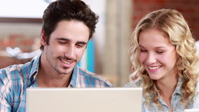 Toevallig commercieel team die laptop met behulp van bij bureau stock footage