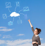 Toevallig meisje die wolk gegevensverwerkingsconcept bekijken op blauwe hemel Royalty-vrije Stock Foto's