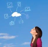 Toevallig meisje die wolk gegevensverwerkingsconcept bekijken op blauwe hemel Royalty-vrije Stock Afbeelding