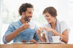Toevallig paar die koffie en cake hebben samen Stock Foto