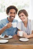 Toevallig paar die koffie en cake hebben samen Stock Fotografie