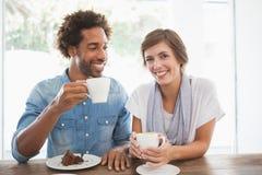 Toevallig paar die koffie en cake hebben samen Stock Afbeeldingen