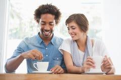 Toevallig paar die koffie hebben samen Stock Afbeelding