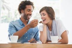 Toevallig paar die koffie hebben samen Royalty-vrije Stock Afbeeldingen