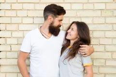 Toevallig paar in liefde Vriend en meisje romantische datum Gebaarde mens en meisjesvrienden Paar in romantische liefde stock foto's