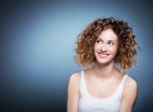 Toevallig portret van een leuk, authentiek meisje Stock Foto's