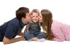 Toevallig portret van gelukkige jonge familie stock afbeeldingen