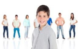 Toevallig preteen jongen en unfocused toevallige mensen Stock Foto
