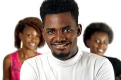 Toevallige Afrikaanse mens met vrouwelijke vrienden Royalty-vrije Stock Afbeeldingen