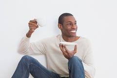Toevallige Afro-mens die thee hebben tegen muur royalty-vrije stock fotografie