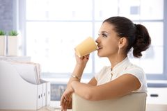 Toevallige beambte het drinken thee in bureau Royalty-vrije Stock Foto's