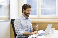 Toevallige bedrijfsmens die online met creditcard betalen Elektronische handel Stock Fotografie