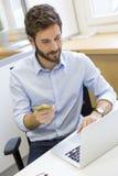 Toevallige bedrijfsmens die online met creditcard betalen Elektronische handel Royalty-vrije Stock Afbeeldingen
