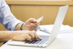 Toevallige bedrijfsmens die online met creditcard betalen Elektronische handel Royalty-vrije Stock Foto's