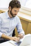 Toevallige bedrijfsmens die online met creditcard betalen Elektronische handel Royalty-vrije Stock Foto