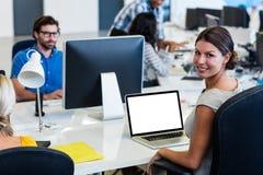 Toevallige bedrijfsmensen die technologie gebruiken Stock Afbeeldingen