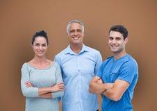 Toevallige bedrijfsmensen die zich over gekleurde achtergrond bevinden Royalty-vrije Stock Afbeelding