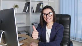 Toevallige bedrijfsvrouw in bureau het werken Beduimelt omhoog stock video