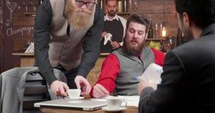 Toevallige commerciële vergadering in een lokale koffiewinkel stock footage