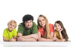 Toevallige familie die op de vloer liggen Royalty-vrije Stock Foto's