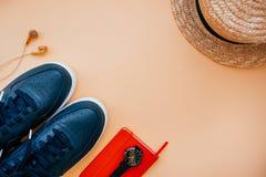 Toevallige flatlay met tennisschoenen stock afbeeldingen