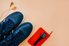 Toevallige flatlay met tennisschoenen stock foto