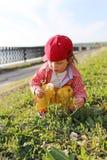 Toevallige geklede baby met blowball in openlucht in de zomer Stock Fotografie