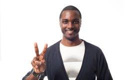 Toevallige geklede zwarte mens die vredesteken tonen Stock Afbeelding