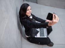Toevallige jonge vrouw die selfie nemen Royalty-vrije Stock Foto