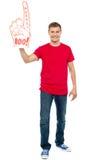Toevallige kerel die groot pointy boe-geroep hurray hand toont stock foto's
