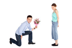 Toevallige Man die Bloemen aanbiedt aan Vrouw Royalty-vrije Stock Foto