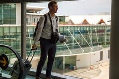 Toevallige mannelijke passagier die de handbagagezak dragen, die de vliegtuig het inschepen gang lopen royalty-vrije stock foto's