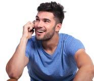 Toevallige mens die op telefoon en blikken omhoog spreken Royalty-vrije Stock Afbeeldingen