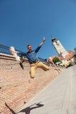 Toevallige mens die in Sibiu springen Royalty-vrije Stock Foto's