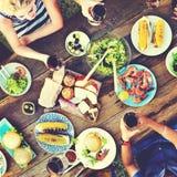 Toevallige Mensen die samen in openlucht Concept eten royalty-vrije stock afbeelding