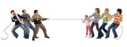 Toevallige mensen die touwtrekwedstrijd spelen Stock Afbeeldingen